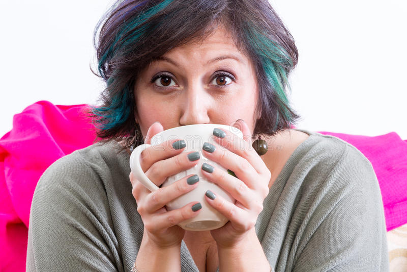 Femme enthousiaste tenant la tasse de café photos libres de droits