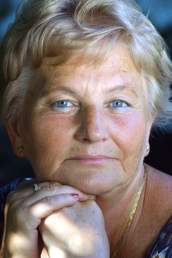 Femme entre deux âges photo libre de droits