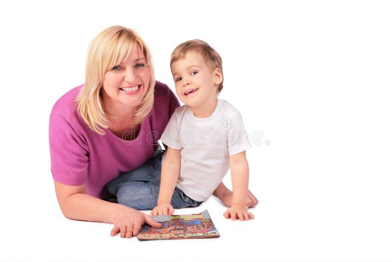 Femme entre deux âges avec l'enfant et le maga photos stock