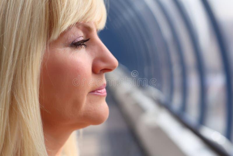 femme entre deux âges de profil photographie stock