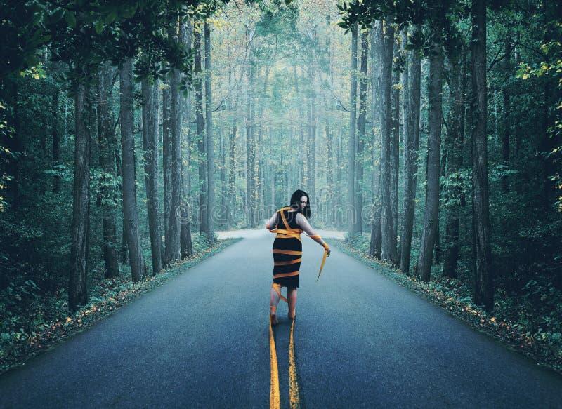 Femme enveloppée dans la route images libres de droits