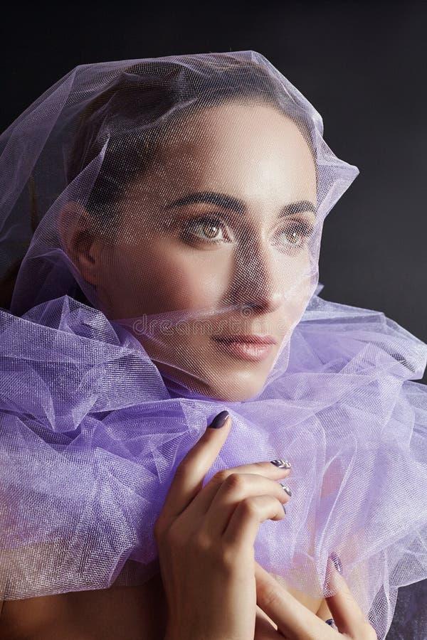 Femme enveloppée dans le tissu pourpre, la belle figure mince, la pureté et l'intégrité Femme nue nue luxueuse Art nu de femme da photo libre de droits
