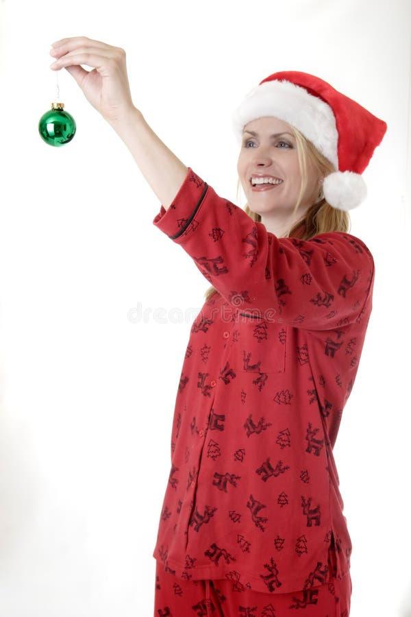 Femme environ pour arrêter un ornement de Noël photographie stock libre de droits