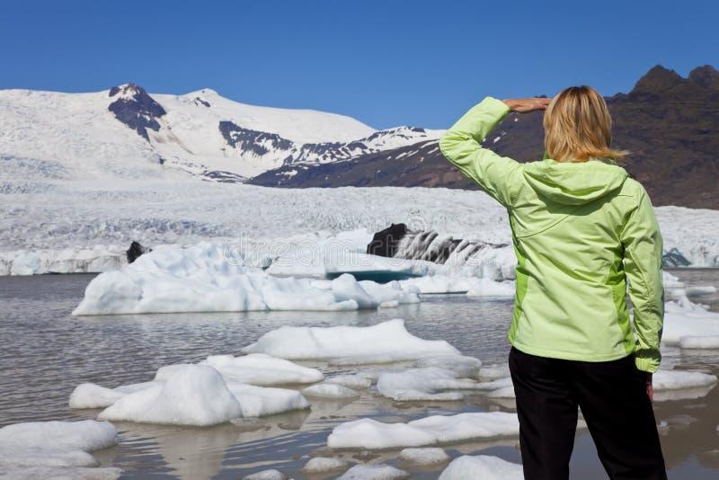 Femme environnemental de concept avec le glacier de fonte images stock