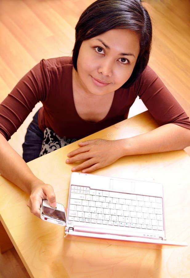 Femme envoyant le message avec texte photographie stock libre de droits