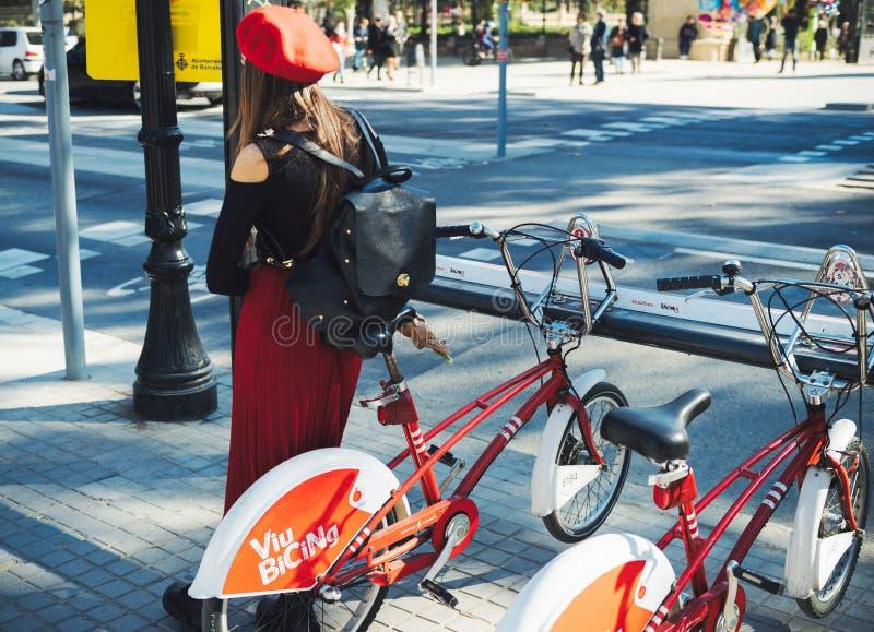 Femme espagnole élégante portant la date rouge de béret photographie stock libre de droits