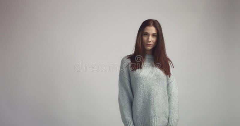 Femme espagnole assez jeune posant dans le studia regardant l'appareil-photo et le sourire photo libre de droits