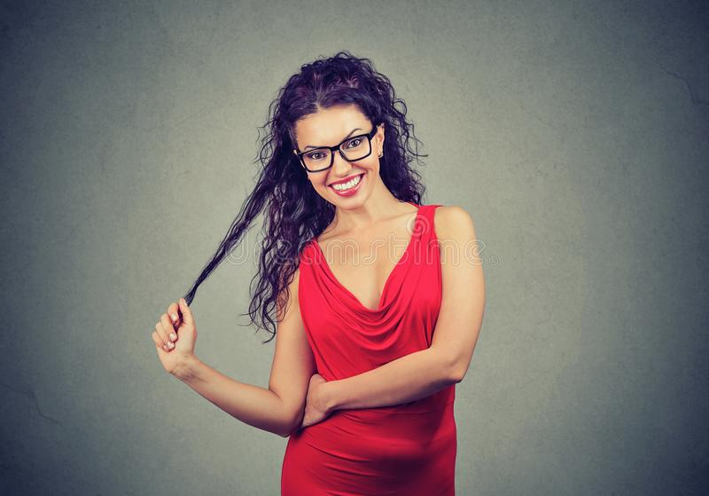Femme espiègle élégante dans la robe rouge photo libre de droits