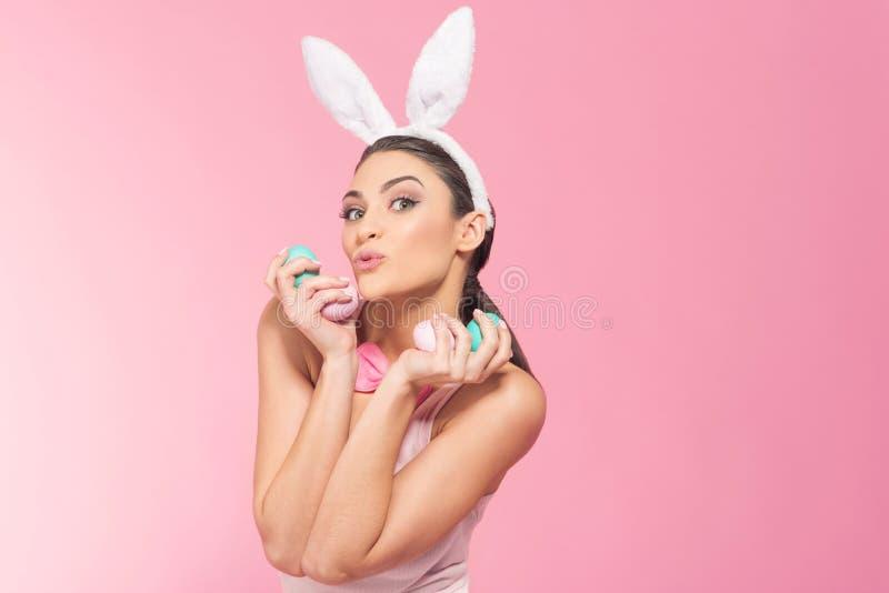Femme espiègle - le lapin ont l'amusement avec des oeufs de pâques photographie stock