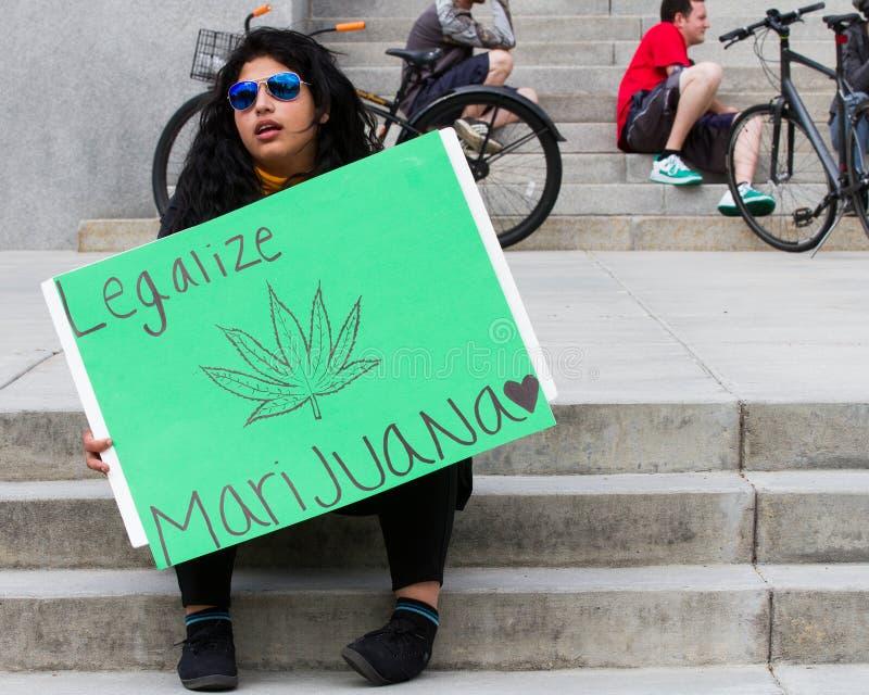 Femme essayant de légaliser la marijuana image stock