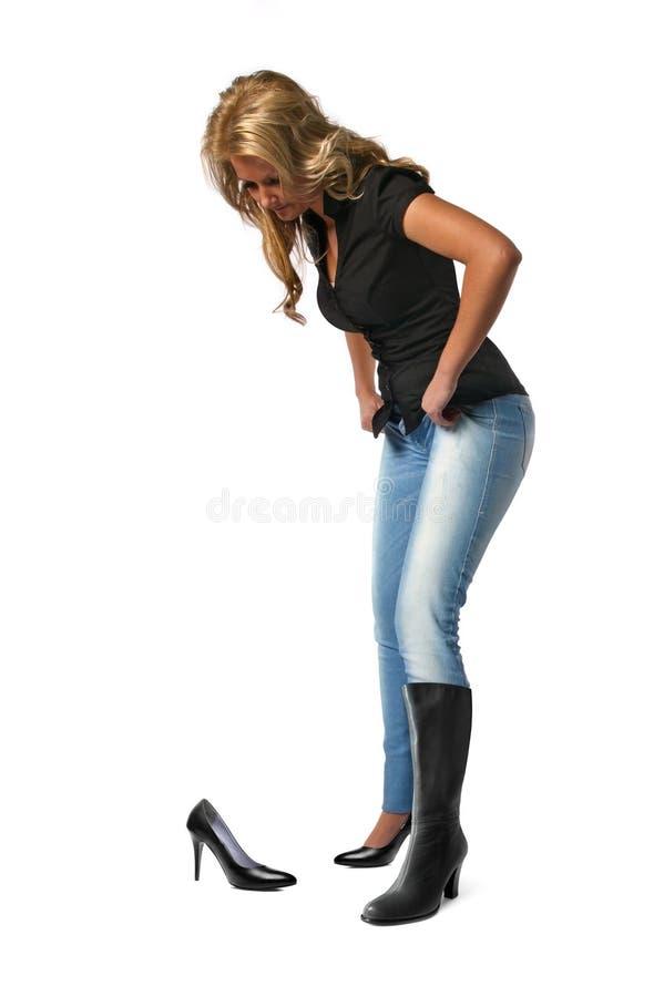 Femme essayant les chaussures neuves image stock
