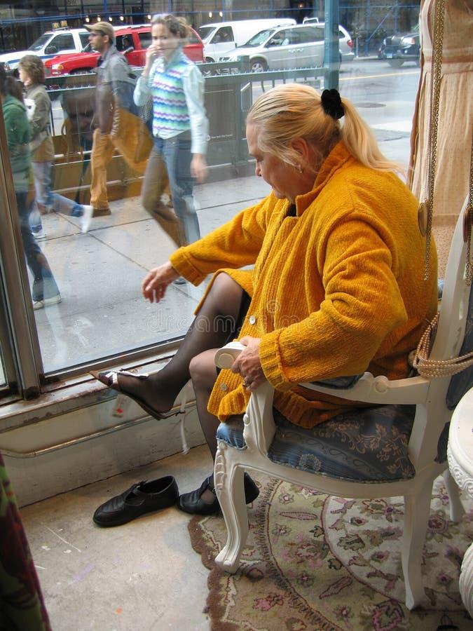 Femme essayant sur des chaussures photographie stock libre de droits