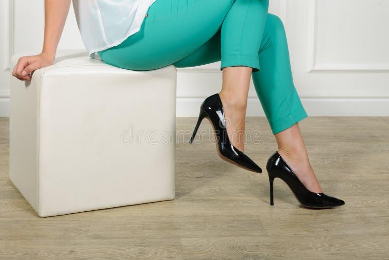 Download Femme Essayant Sur Des Chaussures Dans Une Mémoire Photo stock - Image du essai, système: 56475818