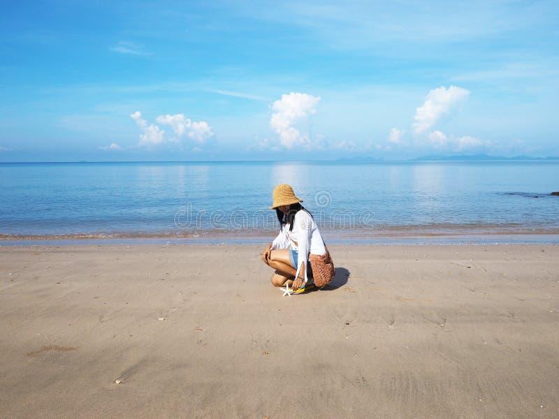 Femme et ?toiles de mer asiatiques sur le fond de plage d'?t? photo stock