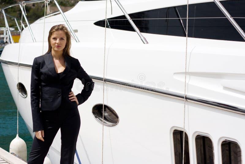 Femme et bateau photos stock