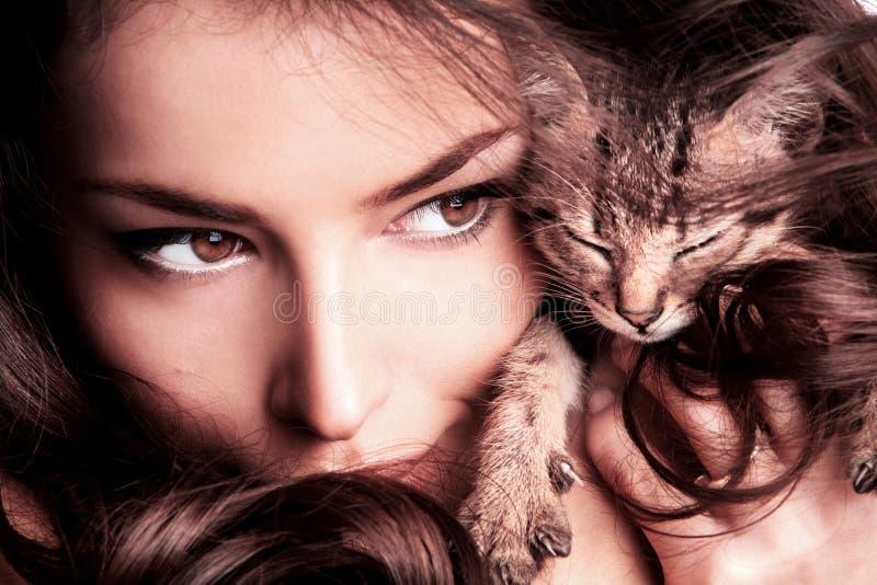 Femme et chaton image stock