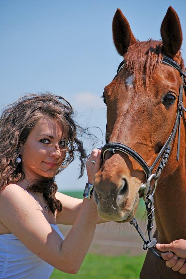 Femme et cheval image stock