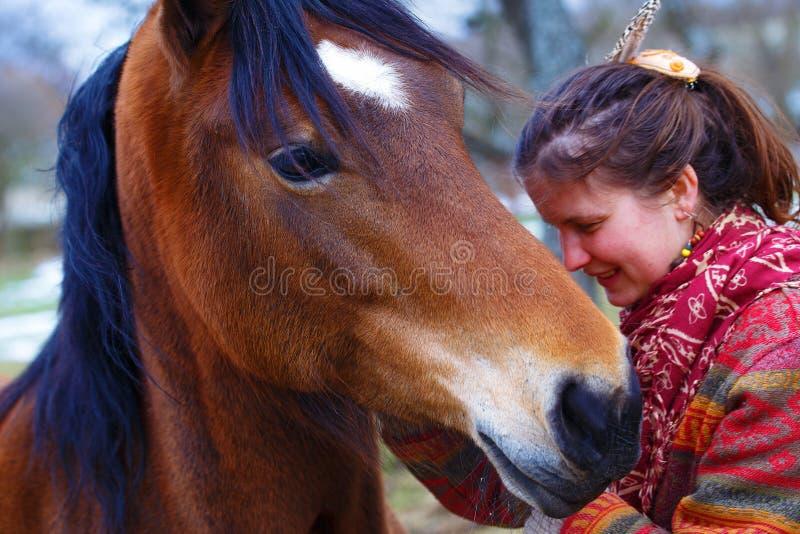 Femme et cheval de portrait dans extérieur étreindre de femme photographie stock