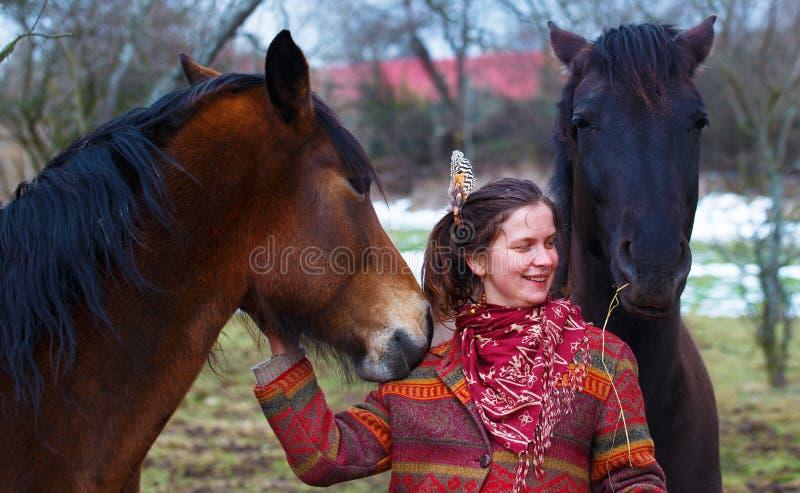 Femme et cheval de portrait dans extérieur étreindre de femme photo libre de droits