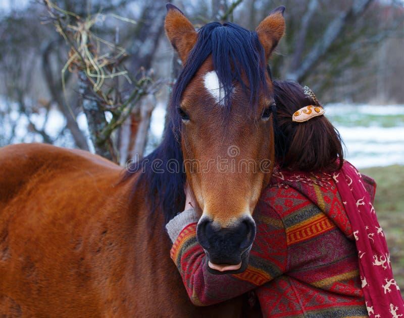 Femme et cheval de portrait dans extérieur étreindre de femme photos stock