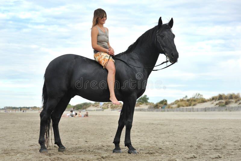 Femme et cheval sur la plage image libre de droits