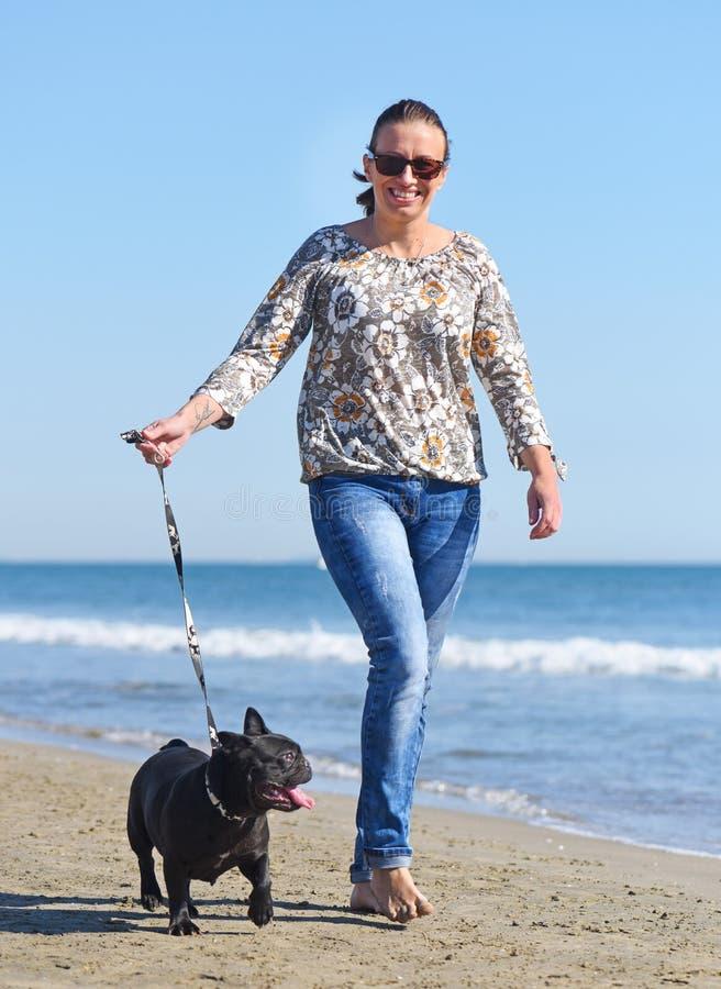 Femme et crabot sur la plage images stock