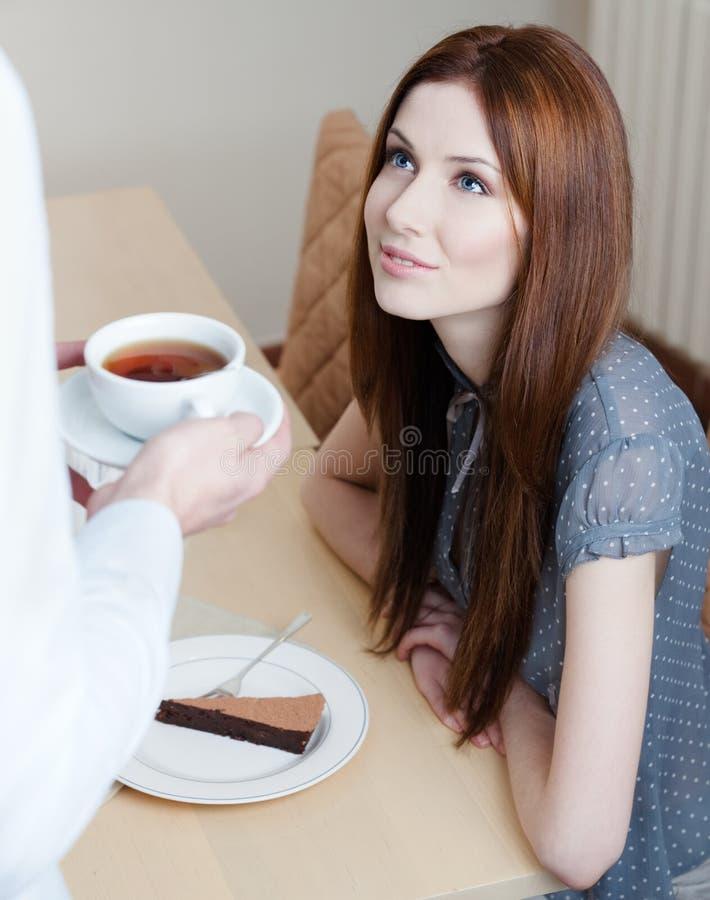 Femme et cuvette de thé image stock