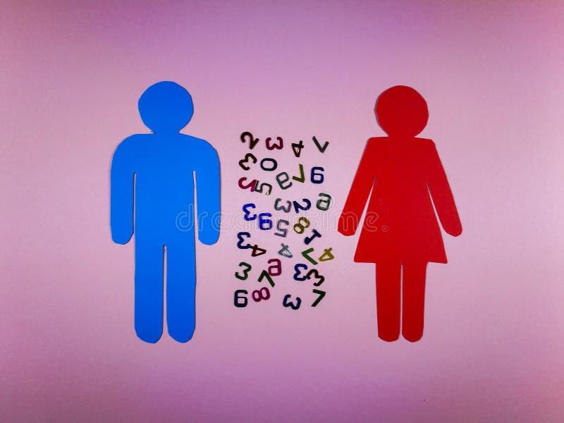Femme et découpe masculine avec des nombres entre eux photos stock