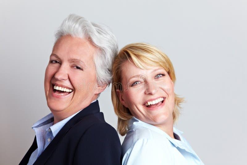 Femme et descendant aînés heureux photographie stock