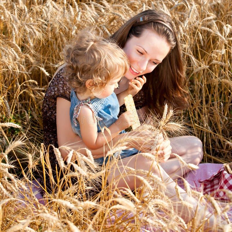 Femme et enfant dans le domaine de blé image stock