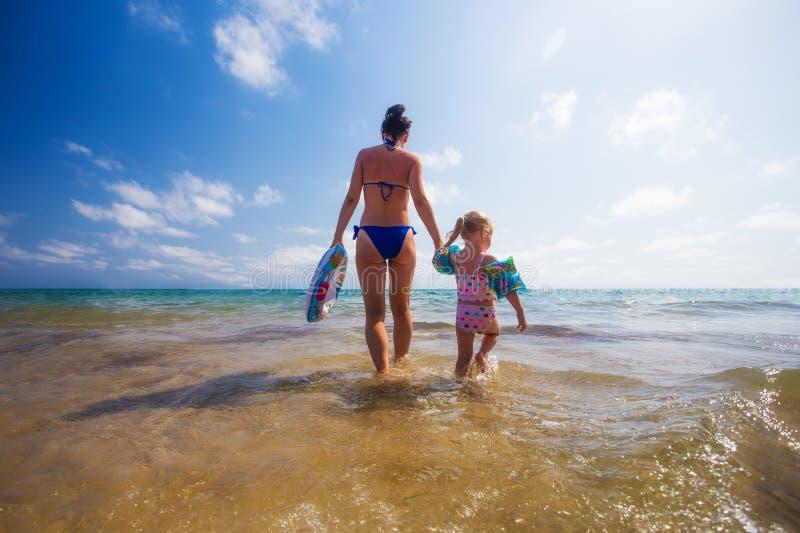 Femme et enfant en mer photo libre de droits