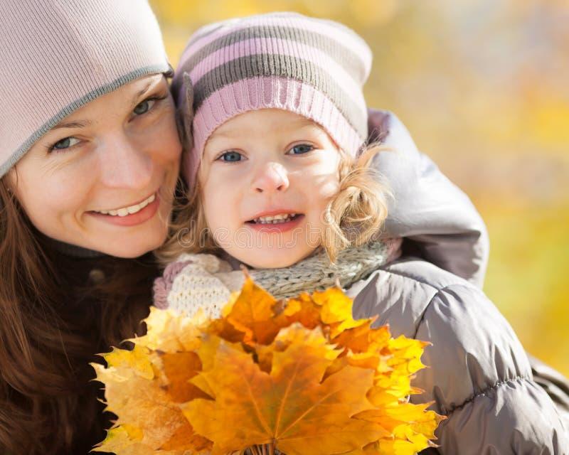 Femme et enfant en stationnement d'automne photos libres de droits