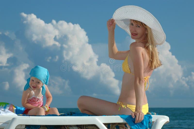 Femme et enfant heureux photographie stock libre de droits