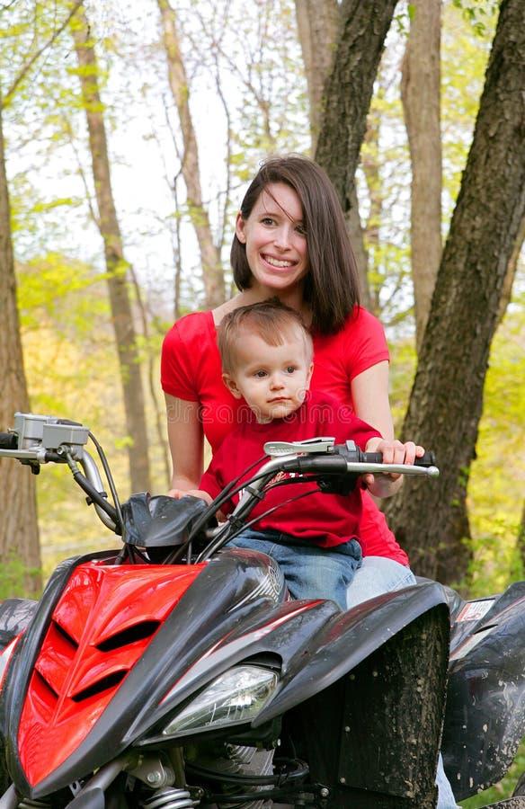 Femme et enfant sur ATV photos stock