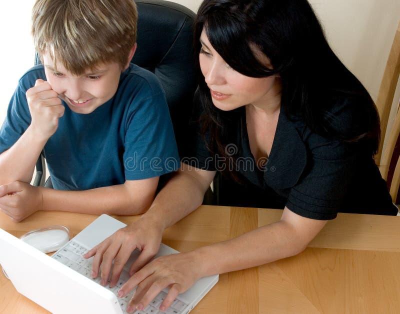 Femme et enfant sur l'ordinateur image libre de droits