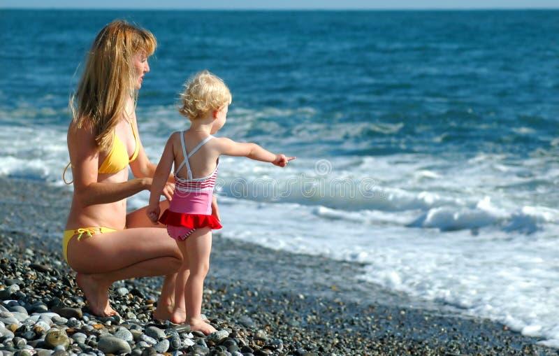 Femme et enfant sur la plage images stock