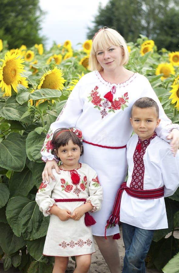 Femme et enfants dans des costumes ukrainiens nationaux photos stock