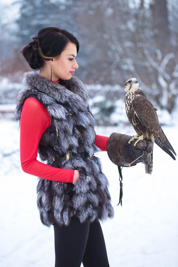 Femme et faucon photographie stock libre de droits