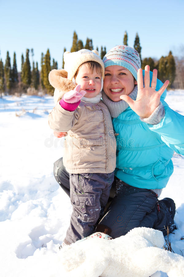 Femme et fille dans la neige image libre de droits