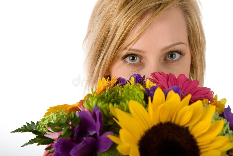 Femme et fleurs assez blonds photo stock