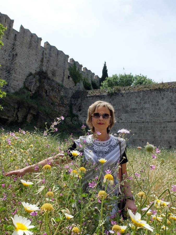 Femme et fleurs sauvages photographie stock libre de droits