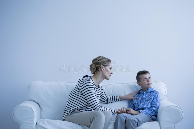 Femme et garçon autiste image libre de droits