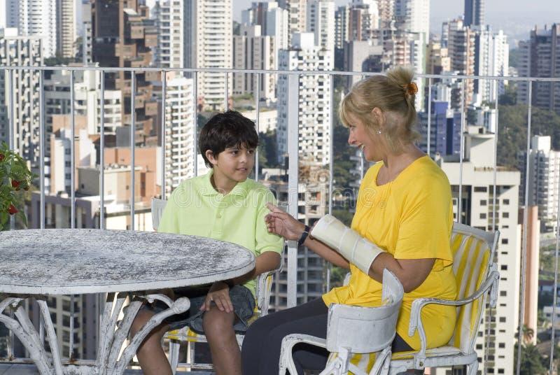 Femme et garçon parlant - horizontal photos libres de droits