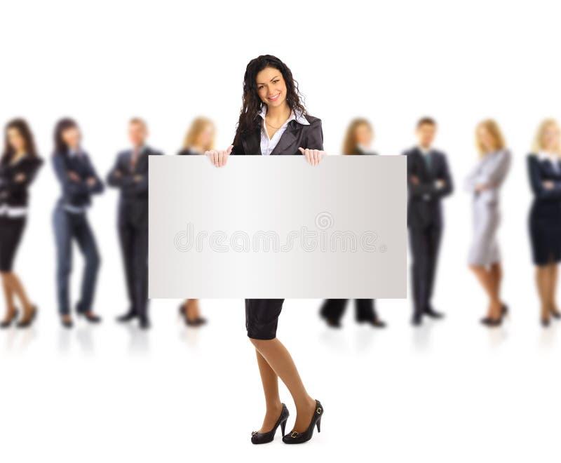 Femme et groupe d'affaires retenant une annonce de drapeau photo libre de droits