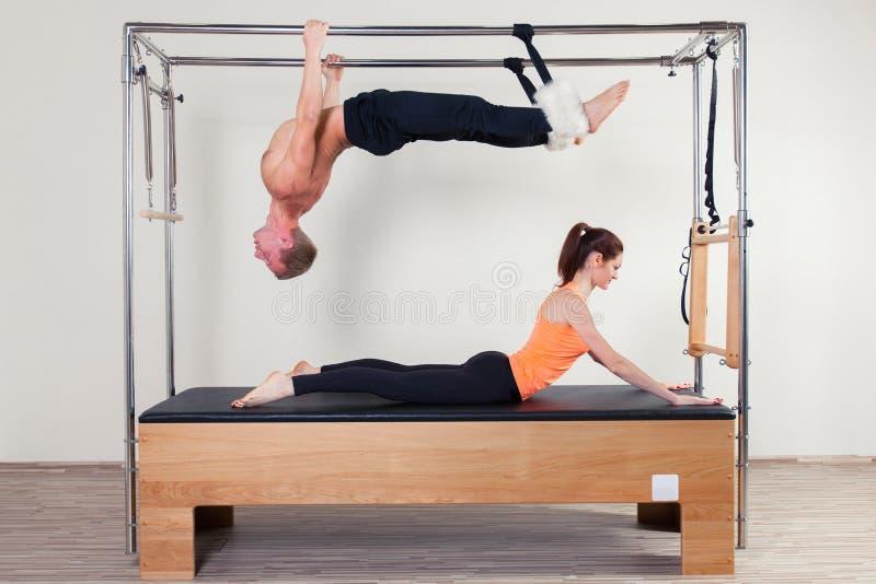 Femme et homme aérobies d'instructeur de Pilates dedans image stock