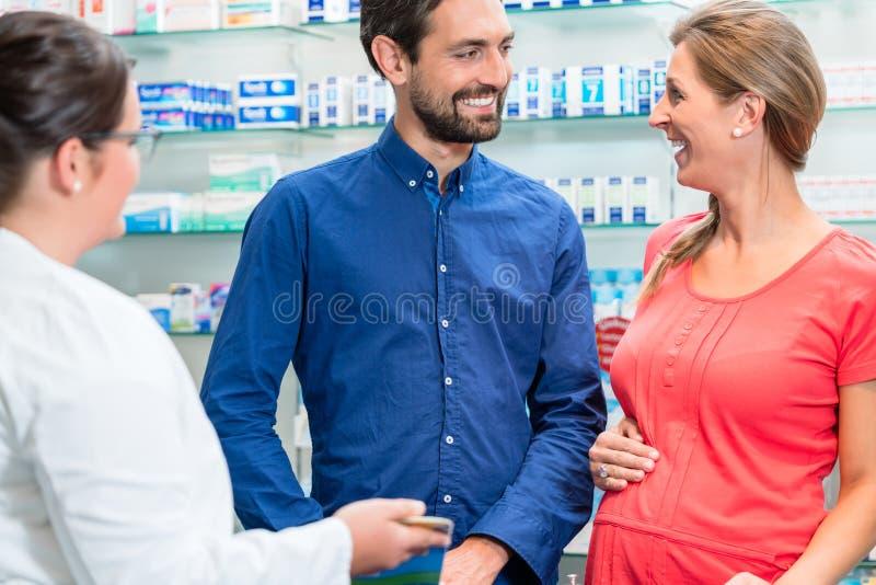 Femme et homme dans des achats de pharmacie images libres de droits