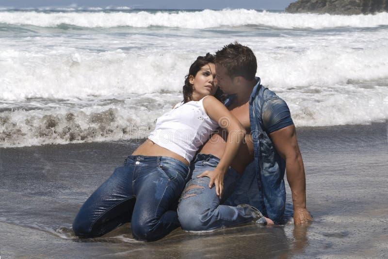 Femme et homme dans le bord de la mer photo libre de droits