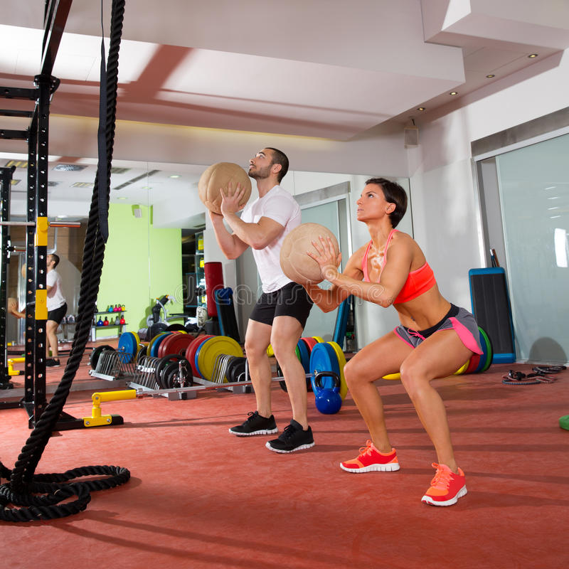 Femme et homme de groupe de séance d'entraînement de forme physique de boule de Crossfit photos stock