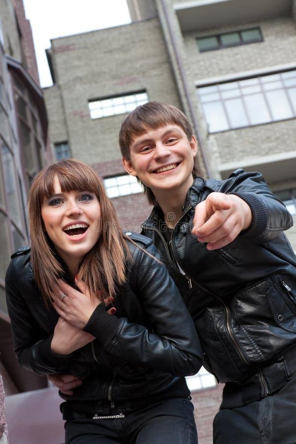 Femme et homme de sourire dirigeant son doigt photographie stock libre de droits