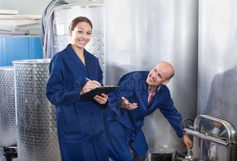 Femme et homme debout dans la section de fermentation images stock